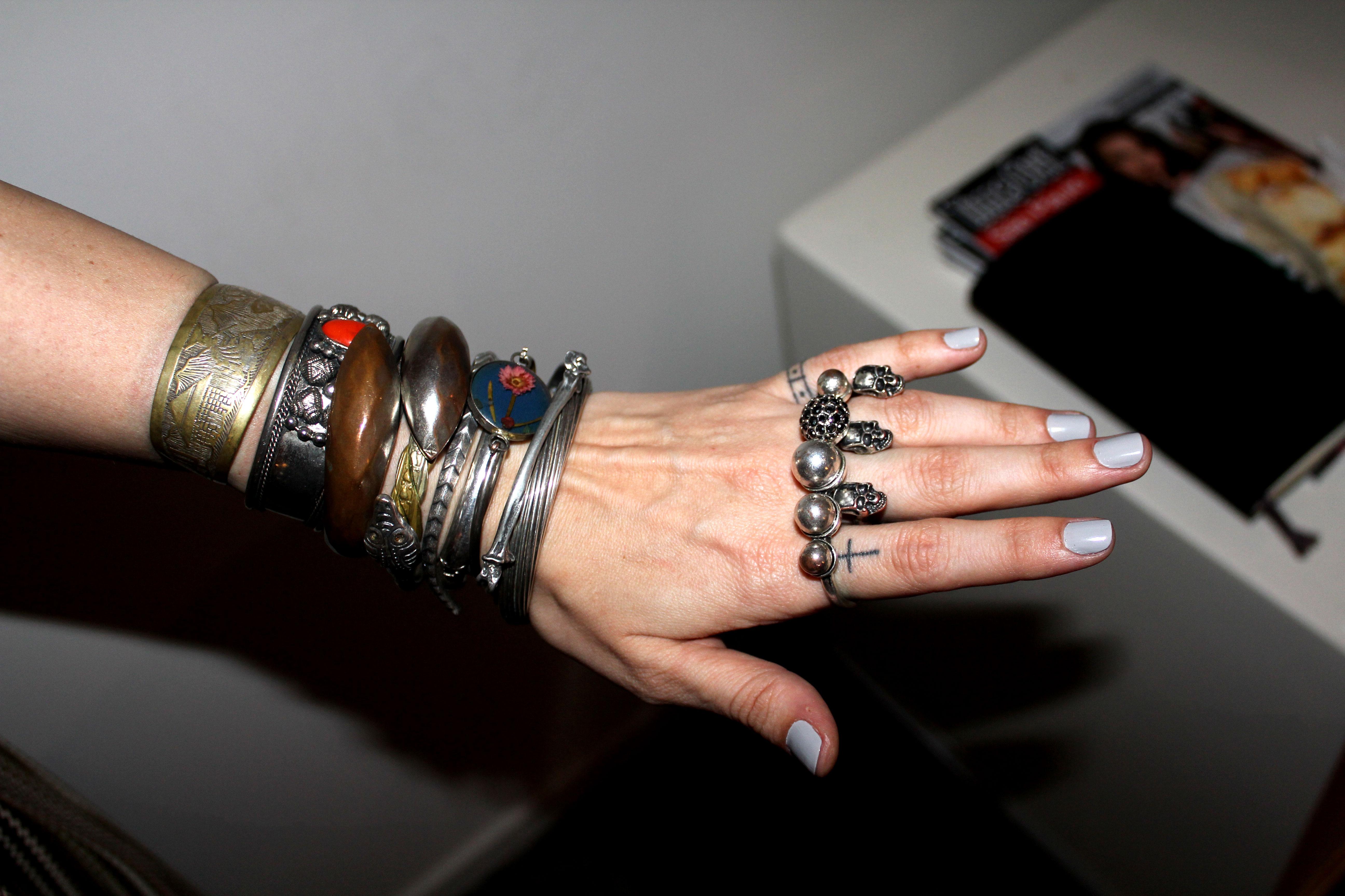 Paula Reboredo fez um remix de pulseiras e aneis vintage (ela é dona do B.Luxo, então sabe garimpar)