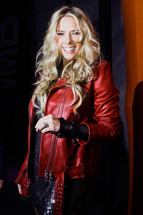 Adriane Galisteu de jaqueta Balmain por cima do vestido NK Store