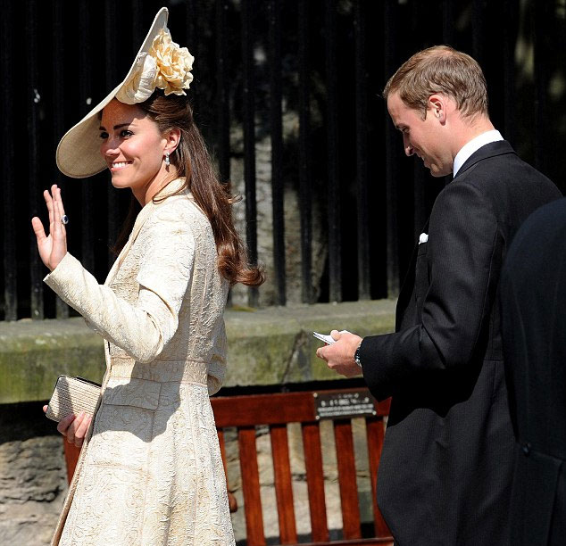 Kate Middleton, a duquesa de Cambrigde, com look cheio de textura