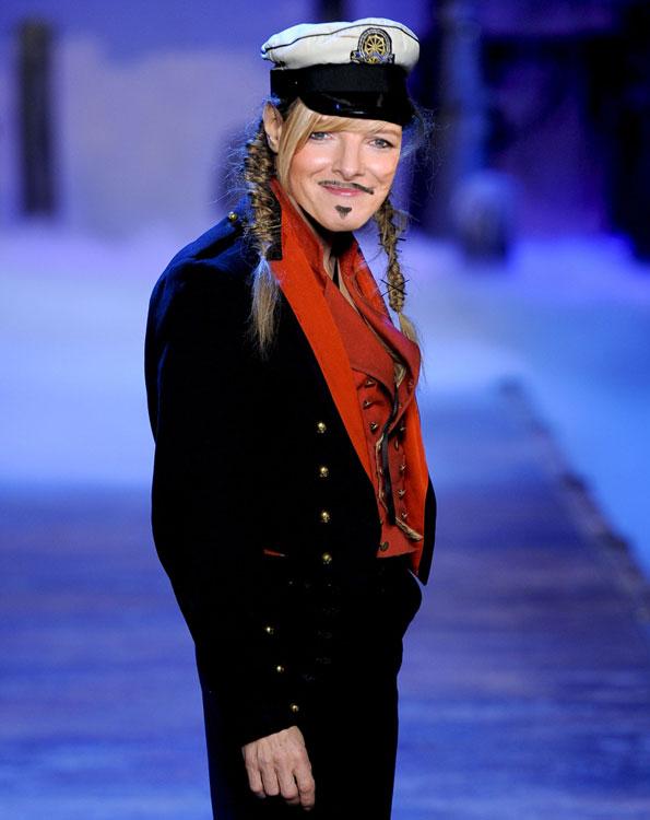 Sarah Burton assume a direção criativa da Dior - e entra, no fim do desfile, fazendo cena que nem o Galliano, de bigodinho francês e tudo
