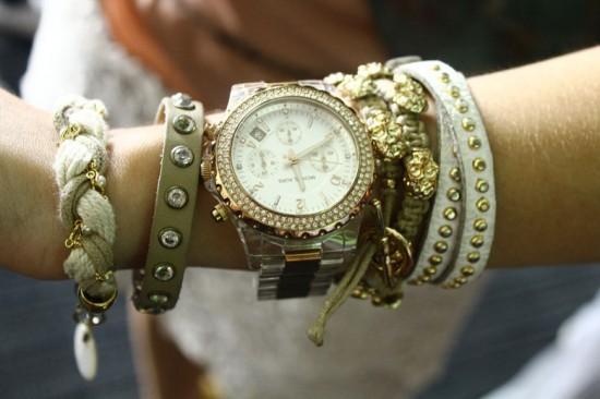 Mil e uma pulseiras no braço da Jéssica Brandão, que misturou vários materiais