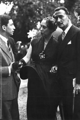 Elsa Schiaparelli ao lado de Salvador Dalí: a marca deve, enfim, voltar à ativa