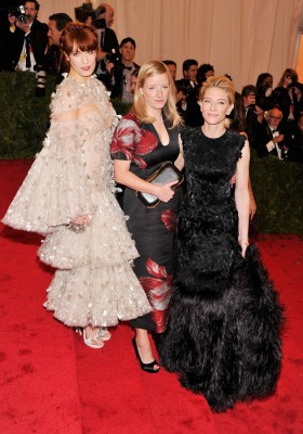 Florence Welch e Cate Blanchett, ambas de Alexander McQueen, com a diretora criativa da marca Sarah Burton no meio delas. As joias de Cate são Van Cleef & Arpels