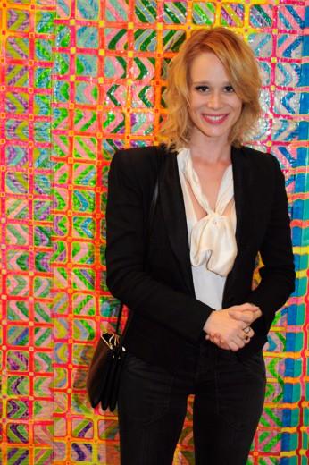 Mariana Ximenes posa na frente da obra do amigo Délson Uchoa
