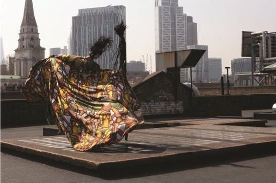 Obra sem título de Gilles Deacon e Jeremy Deller - chapéu de penas de pavão queimadas e estampa inspirada nos vitrais de William Morris