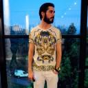 A estampa barroca da camiseta de Rodrigo Bernardo foi comprada na Inglaterra - mas ele não lembra exatamente onde