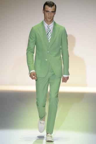 Enquanto o outono-inverno 2012 13 da Gucci foi supergótico – com muito  preto, vinho e veludo – a primavera-verão 2013 caminha pro lado oposto, ... 9ca4e90568