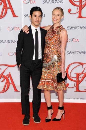 Joseph Altuzarra e Kate Bosworth usando um look dele do último desfile