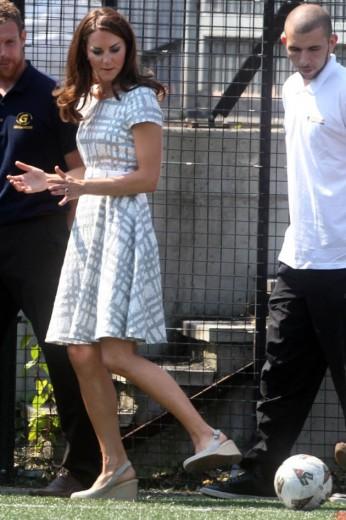 Kate Middleton dando passe - de salto e vestido Hobbs - em Londres