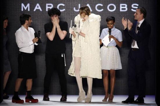 Leandro Cano recebe o prêmio Peek & Cloppenburg pelas mãos de Marc Jacobs
