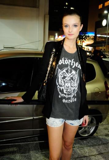 A modelo Jéssica Pauletto com camiseta do Motörhead