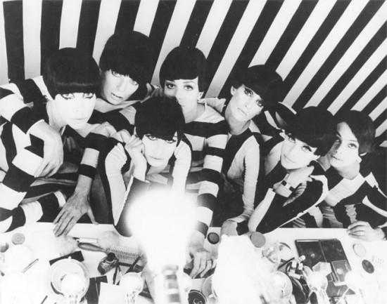 """Referência máxima das listras P&B que dominam a temporada de primavera-verão 2013: """"Qui êtes vous, Polly Maggoo?"""", filme de 1966 de William Klein que lança olhar irônico sobre a indústria da moda"""
