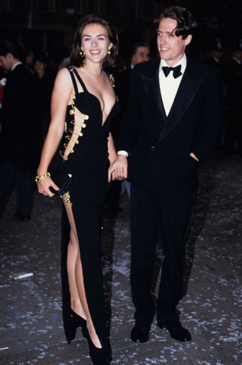 O vestido Versace com alfinetes que Liz Hurley usou no Oscar de 1999
