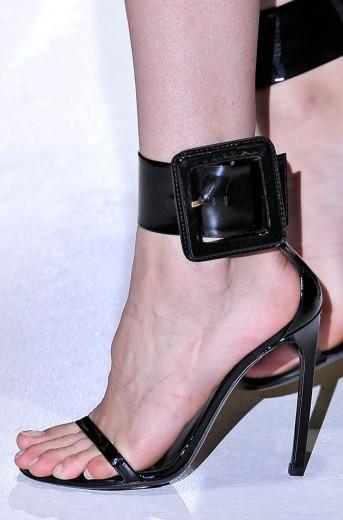Tem uma pegada supersexy em alguns acessórios de primavera-verão 2013 de Milão - esse é da Gucci, com fivelão no tornozelo, deixando o pé quase que inteiro descoberto