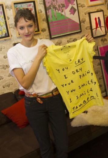 Mallu exibe uma de suas camisetas em parceria com a 2nd Floor!