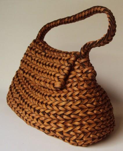 Bolsa de cestaria de couro com EVA (R$ 620)
