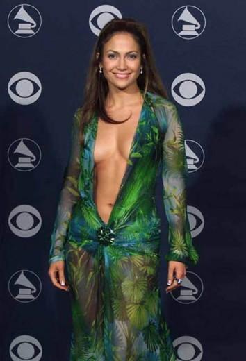 Adeus, polêmica! Esse vestido Versace de J. Lo, em festa de 2000, vai deixar saudade