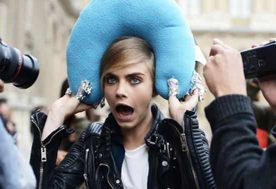 Caras e bocas - a modelo não perde o bom humor! Acima, em clique de backstage por Tommy Ton