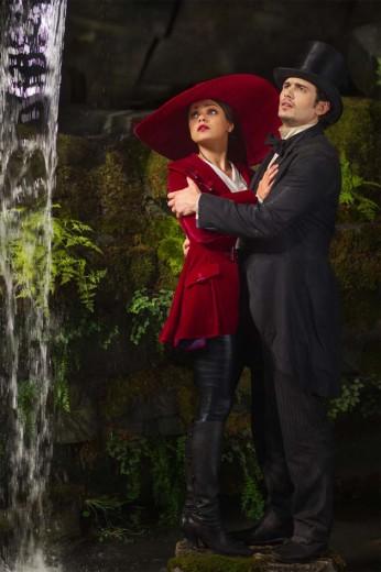 Theodora (Mila Kunis) e Oz (James Franco) em cena