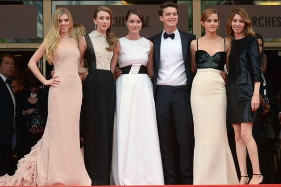 Na estreia em Cannes, o elenco e a diretora: Claire Julien de Emilio Pucci, Taissa Farmiga de Valentino, Katie Chang de Dior, Israel Broussard, Emma Watson de Chanel alta-costura e Sofia Coppola de Louis Vuitton