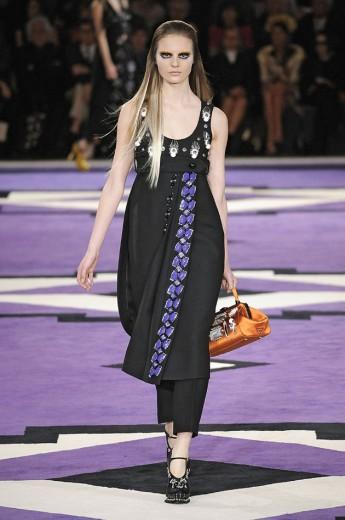 A Prada usou o truque de styling em seu outono-inverno 2012/13, mostrando saias bordadas sobre calças secas, lisas ou estampadas em conjuntinho