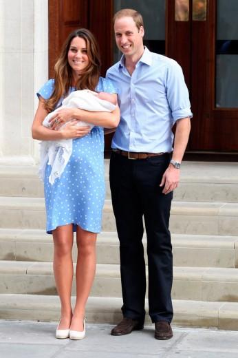 O príncipe de Cambridge sai do hospital com a mamãe (de Jenny Packham) e o papai: os dois estão com looks bem simples em azul claro - tipo uniforme de hospital mesmo, né?
