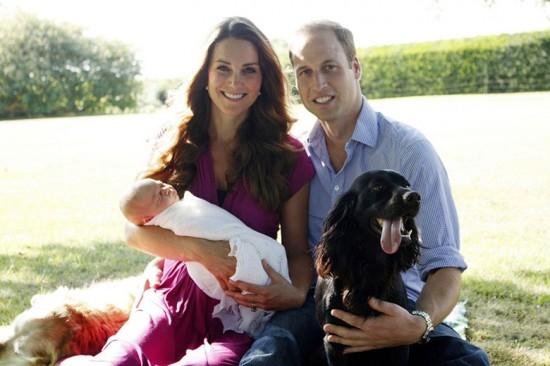 Família reunida! George, com quase um mês de vida, Kate e William