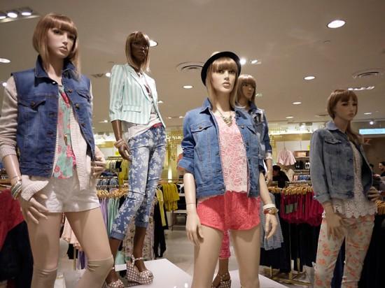Na Forever 21, o jeans é usado com renda e floral pra ficar com uma pegada mais feminina