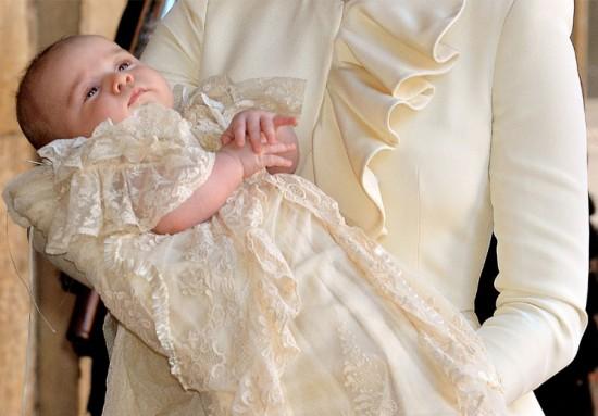 O príncipe George vestia uma réplica da roupa de batizado da filha mais velha da Rainha Victória, também usada por seu pai, William
