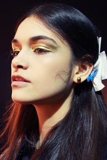 O make de Reinaldo Lourenço é assinado por Fabi Gomes, maquiadora sênior da MAC