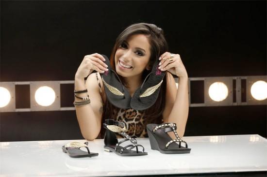 Anitta mostra os modelos de sandália da Grendene