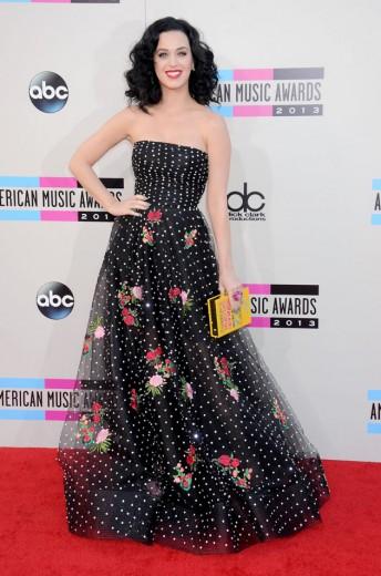 """Katy Perry de Oscar de la Renta com acessórios das """"Olympias"""": clutch da Olympia le Tan e sapatos Charlotte Olympia!"""