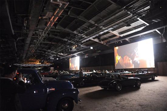 """A fila A começou dentro dos carros vintage no cinema drive-in armado pra exibição de """"The Return"""". Vem ver mais!"""