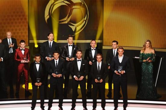 Fernanda Lima na cerimônia da Bola de Ouro, ao lado dos jogadores