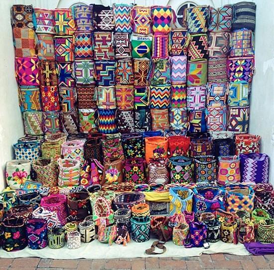 O paredão de bolsas na rua, em Cartagena