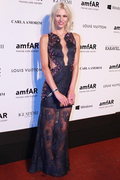 d11a79509 040414-tapete-vermelho-amfar-aline. Aline Weber com vestido Patricia Bonaldi