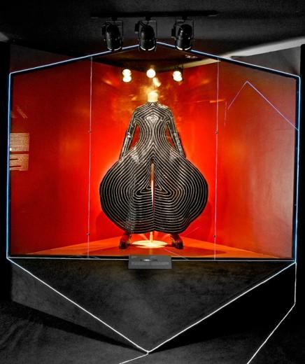 6ª feira, 18/04: A exposição do Bowie no MIS chega ao seu fim nesse dia 20, ela traz vários dos figurinos que acompanham as mudanças e estilo de Bowie - tem criações de Thierry Mugler, Hedi Slimane (Dior Homme), Alexander McQueen...