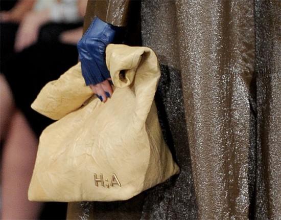 Nessa primavera-verão 2014/15: Alexandre Herchcovitch e a bolsa pacote mais emblemática, bem parecida com um saco de papel