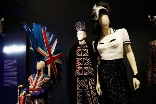 """""""The Fashion World of Jean Paul Gaultier: From the Sidewalk to the Catwalk"""", em cartaz no Barbican de Londres, traz uma retrospectiva do trabalho do enfant terrible"""
