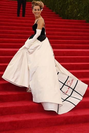 Sarah Jessica Parker, co-chair do evento, chegou chegando de Oscar de la Renta assinado