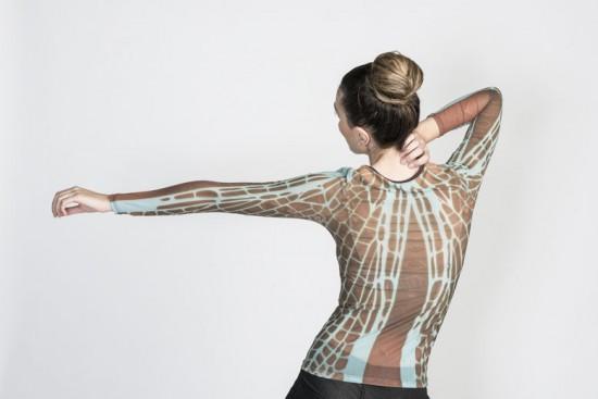 A blusa estampada por Marcelo Hernandez parece a imagem de uma folha vista bem de perto