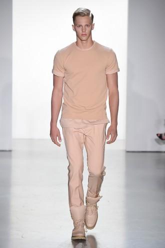 A primavera-verão 2015 da Calvin Klein Collection desfilada durante a Semana  de Moda Masculina de Milão traz pegada esportiva em contraponto com peças  de ... 83ed7ac7e4