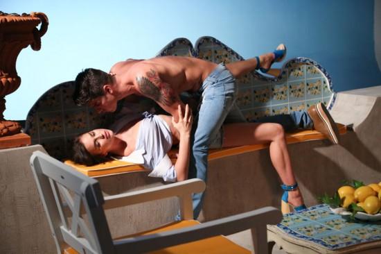 Pode até parecer Cristiano Ronaldo, mas nessa foto Irina Shayk não posa com seu namorado: ela está com Evandro Soldati pra campanha da Triton!