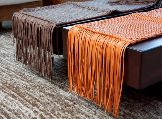 Manta em couro com franjas dos dois lados (R$ 808)
