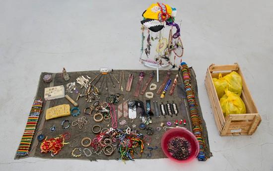 Jack Pierson transforma artesanato e bijuteria de rua em obras de arte!