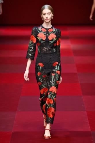 A primavera-verão 2015 da Dolce   Gabbana pega carona na temática da coleção  masculina e tem touradas e flamenco, vermelhos profundos, poás, flores, ... f024ac458c
