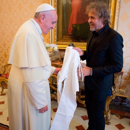 Renzo Rosso entrega um jeans Jogg da Diesel customizado pro papa Francisco