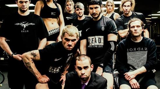 """A turma do Health Goth: essa imagem é um flyer de uma festa. O cara do meio, com a camiseta """"Dead Worldwide"""", é o Deathface"""