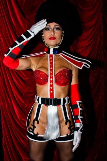 Sabrina Sato com o look mais bombástico da noite  o figurino do cabaré  Crazy Horse c4e504d364
