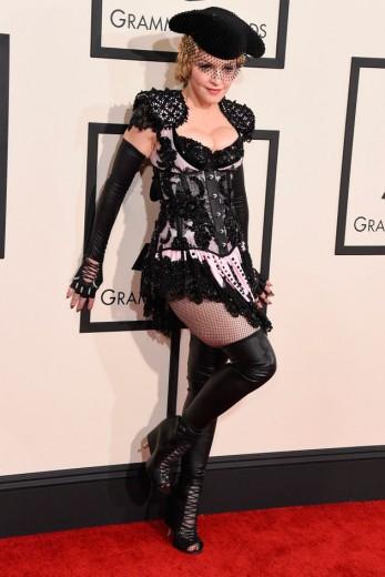 Madonna chegou de Givenchy meio toureira couture...